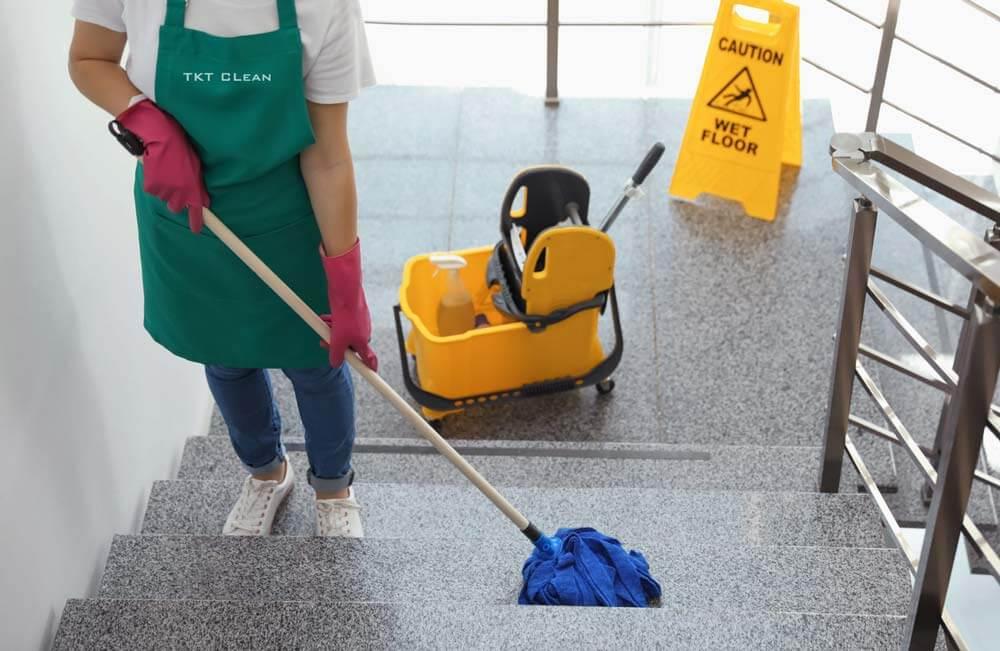 nhân viên vệ sinh tòa nhà TKT Cleaning